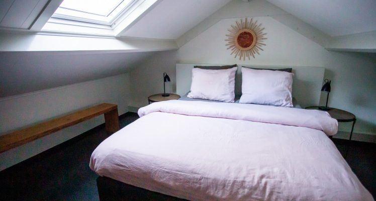 Slaapkamer appartement roze 2